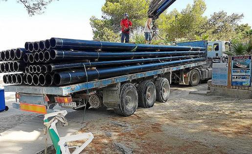 La empresa ibicenca Eivisub Toberna comenzó este lunes la instalación del sistema de tuberías y de un motor de bombeo en las aguas de la cala de Portinatx, en Sant Joan.