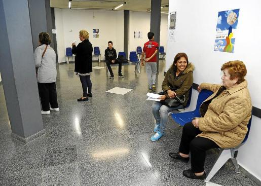 Los centros de salud volvieron a empezar a abrir mañana y tarde el 1 de diciembre de 2015. En la imagen, los primeros pacientes que acudieron en horario de tarde al centro de salud de Son Gotleu.