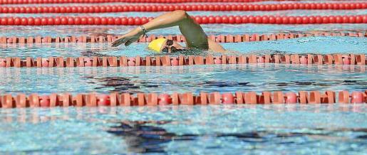 Se celebró una carrera de distancia por relevos con la participación de una treintena de nadadores repartidos en siete equipos. Foto: TONI ESCOBAR / A. ESCANDÓN