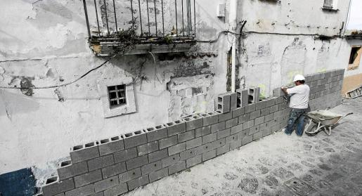 Vila decidió rodear las viviendas desalojadas de sa Penya con un muro de 2,5 metros de altura después de varios intentos de ocupación de las casas. g Foto: D. ESPINOSA