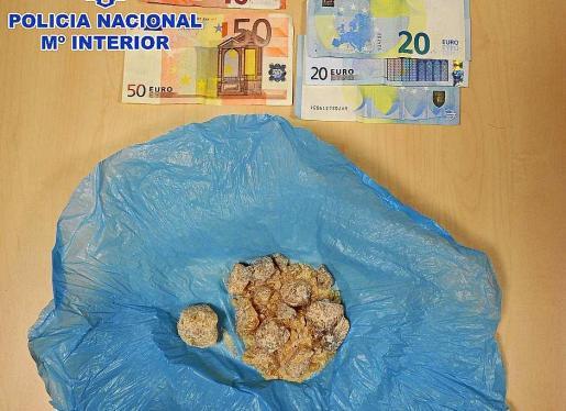 Imagen de la droga MDMA y de parte del dinero incautados al detenido.