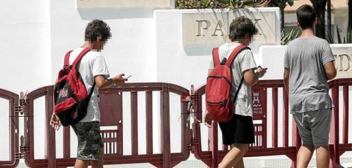 En la imagen, varios jóvenes caminando por Eivissa a la vez que van mirando el móvil y tratando de cazar Pokemons. Foto: DANIEL ESPINOSA