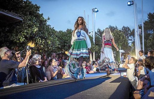 Además de los desfiles de moda, se pueden ver exposiciones, escuchar música en directo y comprar en las 'pop up stores' donde se podrán encontrar las creaciones que se presentan en los desfiles.