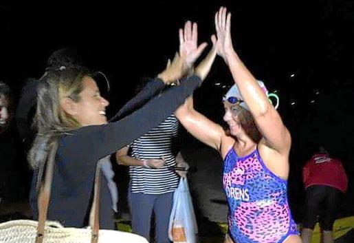 Tita Llorens recibe los ánimos de la ibicenca Sabi Corral antes de empezar.