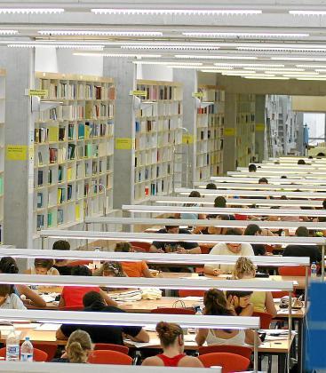 Estudiantes universitarios, en una biblioteca.