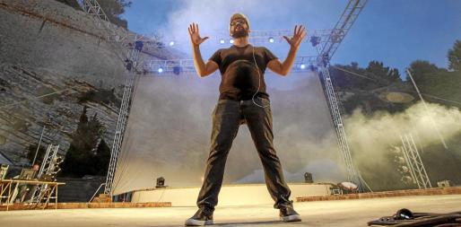 En el espectáculo preparado por el ibicenco Joaquín Garli para esta edición de las Festes de la Terra participaron siete artistas sobre el escenario así como un amplio equipo de producción.
