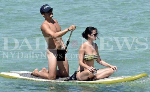 Orlando Bloom, desnudo en la playa junto a Kate Perry