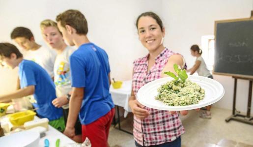 Una alumna del Taller de Arqueología muestra el resultado de una de las recetas del curso de cocina romana realizado ayer. Foto: ARGUIÑE ESCANDÓN