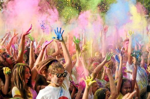 La fiesta infantil que se organizó ayer con motivo de las Festes de la Terra está basado en una celebración de origen hinduista que se celebra en la India, Guyana o Nepal. Foto: TONI ESCOBAR
