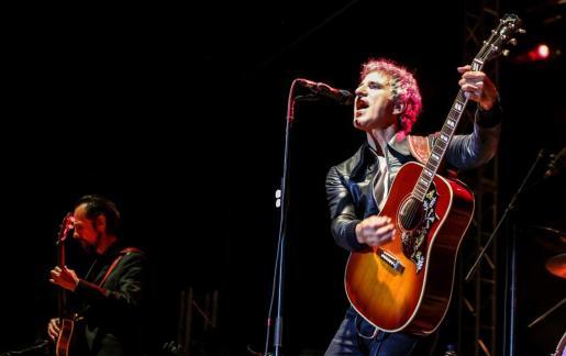 La banda no defraudó al público ayer en el Parque Reina Sofía y repasó sus temas más conocidos. Foto: TONI ESCOBAR