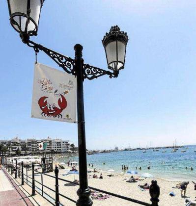 Santa Eulària tomará medidas de concienciación para que los bañistas eviten fumar en la playa. Foto: DANIEL ESPIINOSA