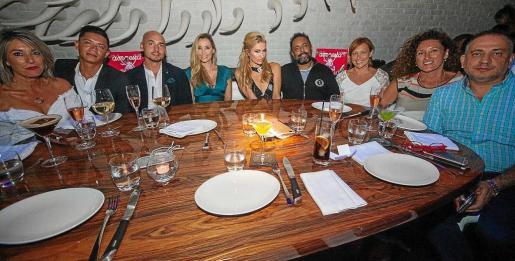 Paris Hilton, acompañada de sus amigos, disfrutando de la cena en STK este fin de semana.