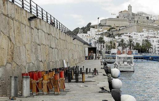 En el muro del puerto viejo de Vila se dispusieron ayer las carcasas desde donde se dispararán los fuegos artificiales de este año. Foto: DANIEL ESPINOSA