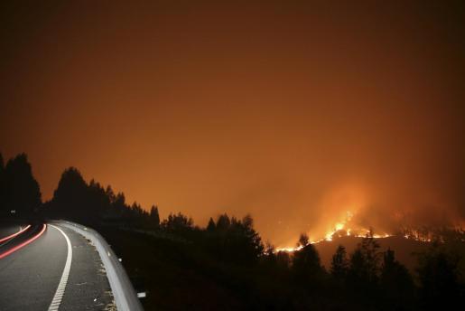 Vista del incendio forestal originado este lunes en Cotobade, en la zona de la parroquia de Tenorio (Pontevedra), en Cotobade, en el que trabajan 5 agentes, 14 brigadas y 6 motobombas.