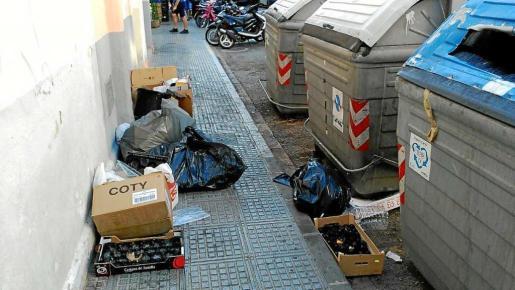 Los vecinos de Vila se quejan de la suciedad y la gran cantidad de basura en las calles.