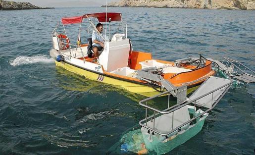 Imagen de archivo de una de las barcas que recoge residuos en el litoral de las Pitiüses.