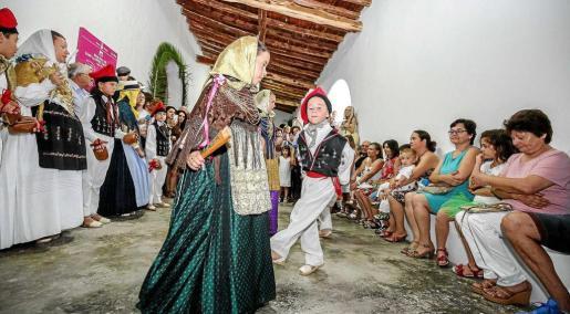 El 'ball pagès' de ayer en Sant Llorenç se llevó a cabo en el porche de la Iglesia. Foto: ARGUIÑE ESCANDÓN
