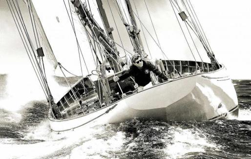 Esta ilusoria imagen de John Fitzgerald Kennedy en su barco, que podría haber sido real, se ha convertido en la fotografía del póster de 'Golden Time'.