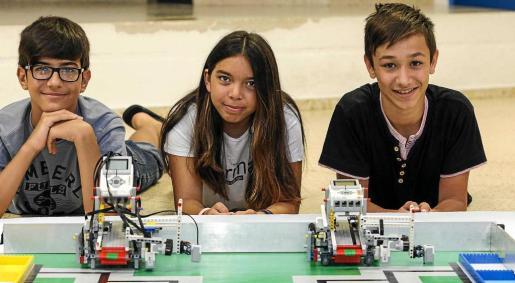 Los alumnos de Sant Jordi, de 14 años, posando con los robots que han construido. y listos para competir. Foto: DANIEL ESPINOSA