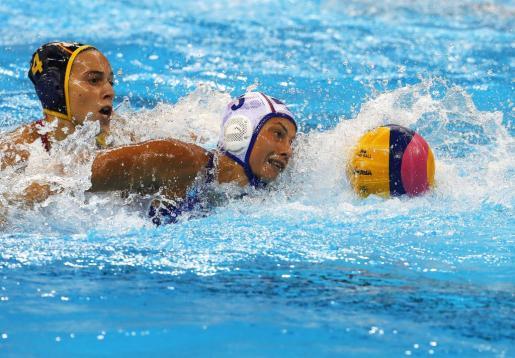 La española Beatriz Ortiz Muñoz y Ekaterina Prokofyeva de Rusia, luchando por la pelota.