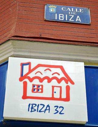 Algunos de los establecimientos que llevan el nombre de Ibiza, situados precisamente en la calle Ibiza de Madrid. Foto: JESÚS GARCÍA MARÍN