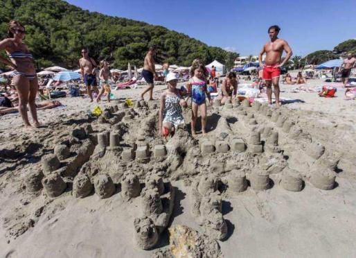 Pequeños y mayores disfrutaron de jugar con la arena durante las actividades organizadas por la asociación vecinal. Foto: D. ESPINOSA