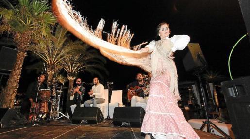 La bailaora Triana bailó algunos de los temas que Carmona tocó con su guitarra. Foto: DANIEL ESPINOSA