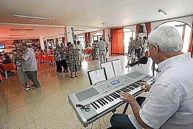 Los mayores de Sant Antoni disfrutando de la música de Jaime, de las viandas, la amistad y el baile en el centro de es Clot Marès. Foto: DANIEL ESPINOSA