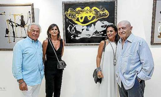 Sebastián Palomo Linares estuvo acompañado en la inauguración por parte de la familia Matutes, anfitriones de la exposición que se celebra en el vestíbulo del Ushuaïa Tower. Foto: DANIEL ESPINOSA