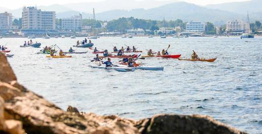 La jornada contó con la participación de 155 piragüistas, que partieron desde Sant Antoni con rumbo hacia Cala Gració.