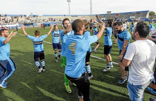 Can Misses volverá hoy a albergar un partido de Tercera División. En la imagen, el día que el Ciuda de Ibiza logró el ascenso. Foto: DANIEL ESPINOSA