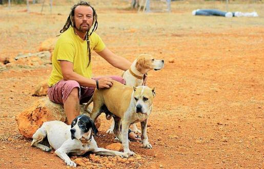 Giusseppe Guastella, presidente de Ibiza4patas, con los tres perros que Vila quiere recuperar.