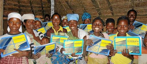 Las mujeres preparadas con sus libros nuevos.