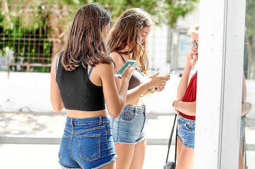 Clara Ribas, segunda por la izquierda, encontró un 'pokemon' en la puerta del Espai. Foto: TONI ESCOBAR