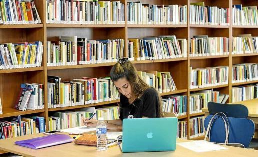 Imagen de una estudiante en la Biblioteca Pública Insular de Eivissa, ayer. Foto: DANIEL ESPINOSA