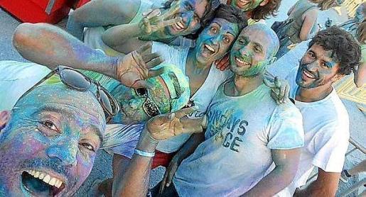 La fiesta Holi que se celebró en Sant Agustí fue todo un éxito.