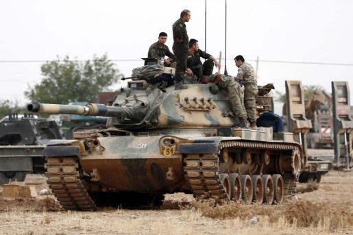 Soldados turcos montan en sus tanques antes de participar en una ofensiva contra el Estado Islámico (EI) en la ciudad fronteriza con Siria de Gaziantep, Turquía hoy 24 de agosto de 2016.