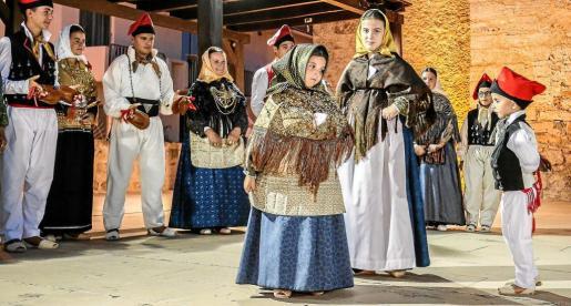 Enzo y Carla fueron dos de los grandes protagonistas del día grande las fiestas de Sant Bartomeu. Foto: ARGUIÑE ESCANDÓN