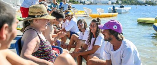 El agua es un elemento de alto valor terapeútico o por lo menos es lo que demostraron usuarios, terapeutas y voluntarios ayer en la playa de Talamanca. Foto: TONI ESCOBAR