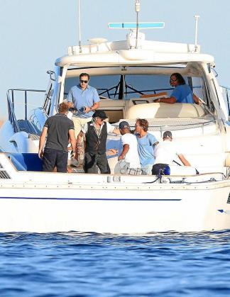 Johnny Depp embarcando rumbo al mega yate del príncipe Abdul Aziz. Foto: ES VEDRÀ PHOTO
