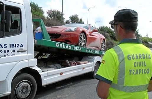 Imágen del Ferrari que ha colisionado en la carretera que une Santa Eulària con Jesús. Foto: DAVID SETBETES