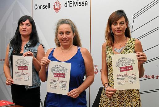 Romero, De Sans y Jurado con el cartel de la campaña 'No es ¡No!' contra las agresiones sexuales.