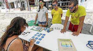 La campaña puesta en marcha por el Ayuntamiento de Eivissa busca concienciar a visitantes y turistas y también ofrece información sobre la ong Proactiva Open Arms. Foto: DANIEL ESPINOSA