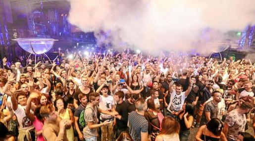 La amplia oferta de ocio nocturno mueve a miles de turistas cada año a Eivissa.