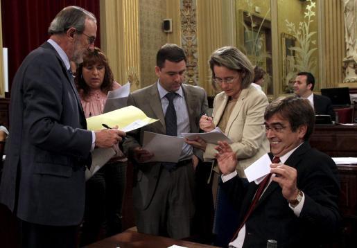 Varios diputados, entre ellos Miquel Jerez y Marian Suárez, negocian junto a Antich las proposiciones.