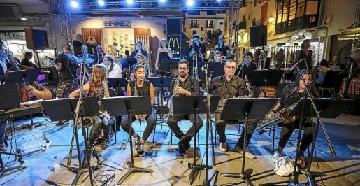 Imagen del concierto de la Big Band Ciutat d'Eivissa, ayer en el Mercat Vell.