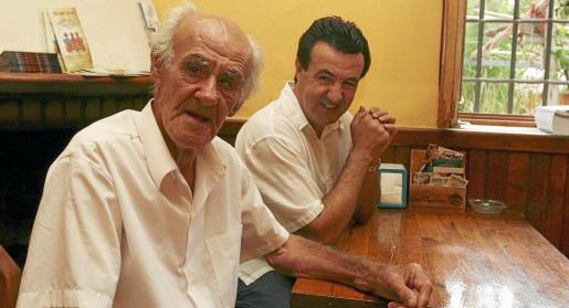 Juan arí Juan con su hijo Juanito 'Dalias'. Foto: LAS DALIAS