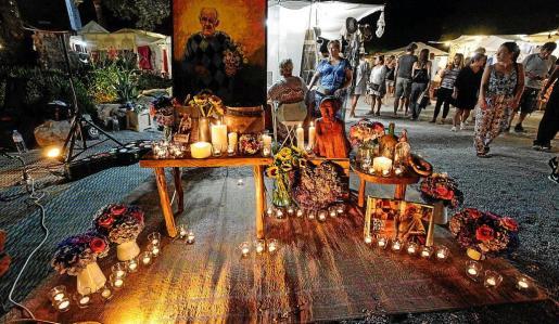 Varios momentos del homenaje realizado ayer en Las Dalias, con una imagen de Juan Marí rodeada de flores y velas.