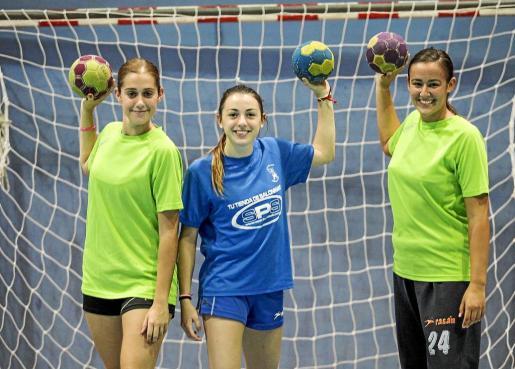 Alicia Salinas, Patricia Cañavera y María Tudela, ayer durante el entrenamiento del Puchi celebrado en el pabellón de sa Blanca Dona.