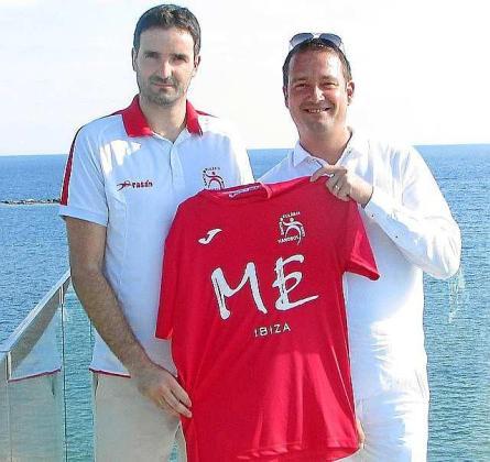 Gonzalo Monroy y René Hoeltschl, con la camiseta del equipo.
